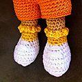 détails des soquettes et chaussures de Dora