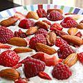 Crème crue d'avoine aux fraises, framboises et amandes