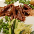 Canard confit, lgumes verts croquants et sauce vinaigre au cacao amer