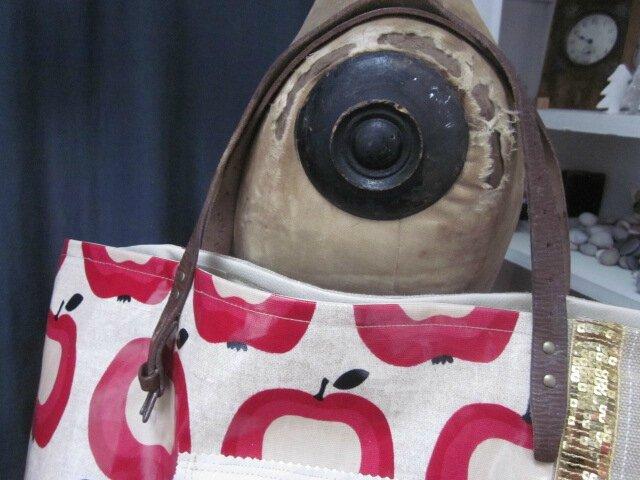 Sac FELICIE n°1 en coton enduit imprimé pommes, lin brut rayé blanc, ruban paillettes or, simili cuir écru, bouton de nacre et anses surplus militaire (4)