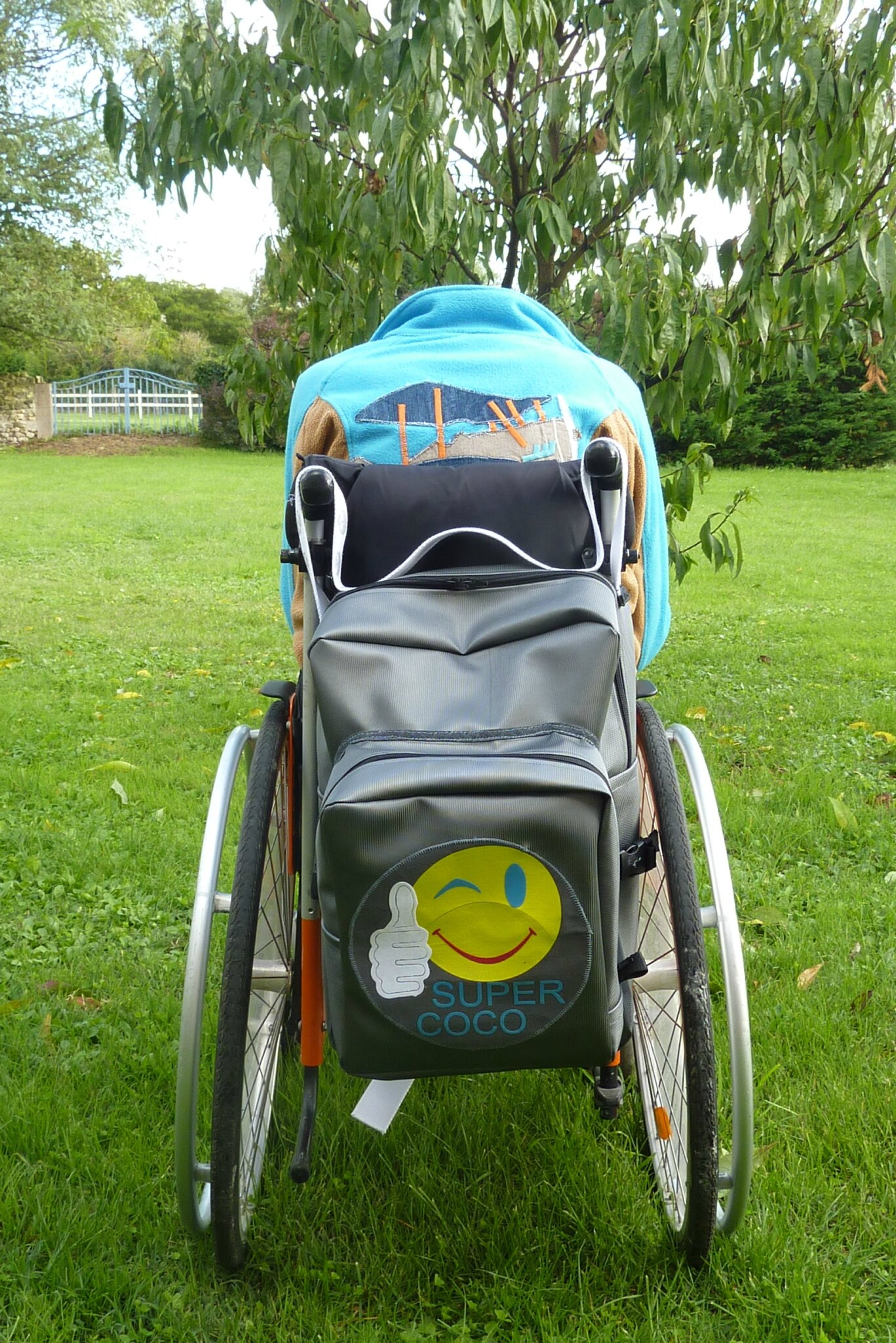 Un sac à dos pour fauteuil roulant.