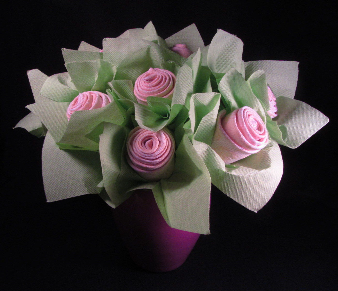 Bouquet de roses en serviettes le palais des saveurs for Pliage serviette rose