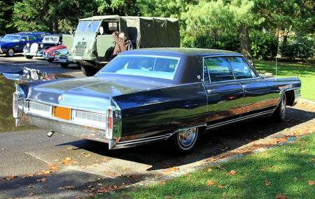 Cadillac_fleetwood_sedan_de_1966__Retrorencard_octobre_2010__02