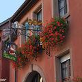 Façade fleurie de Pfaffenheim en Alsace