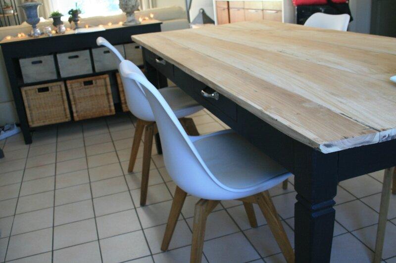 Table le retour p tale de rose gris galet for Peindre meuble en chene vernis