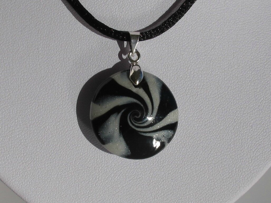 pendentif rond fimo swirl noir et gris gp