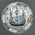 Plat à décor de bateau et poissons, iznik, période ottomane (13e siècle-1922), vers 1660