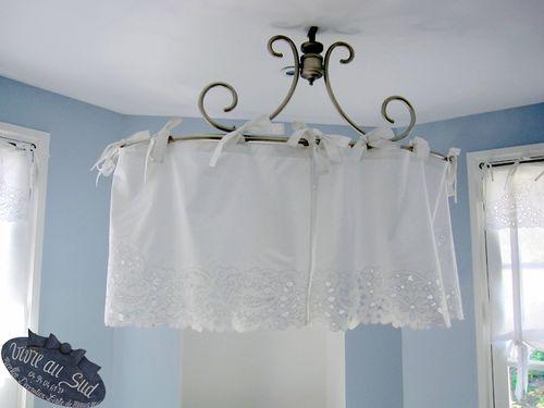 Un charmant ciel de baignoire,sur lequel sont présentées ,les cantonnniéres assorties aux rideaux