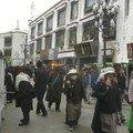 Pelerins autour de Joghang, Lhassa