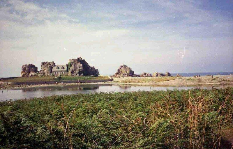 7 bretagne castel meur la petite maison entre les rochers le blog de colet - Maison entre les rochers ...