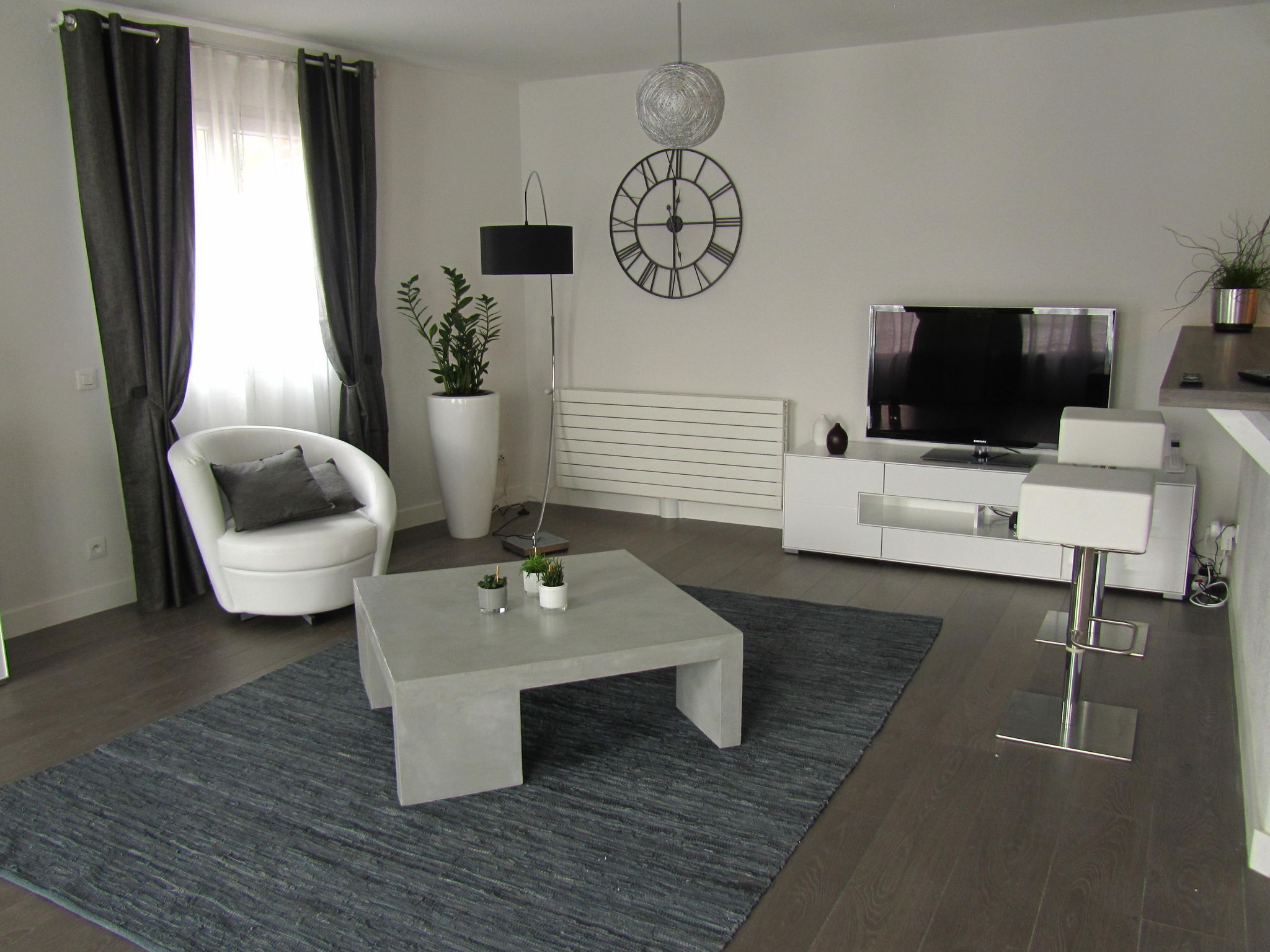 Table de salon en beton cire gris photo de beton cire le mobilier cat - Sejour noir et blanc ...