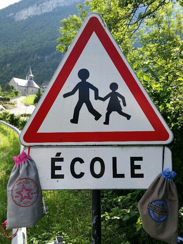 Des petits savoyards parés pour l'école.