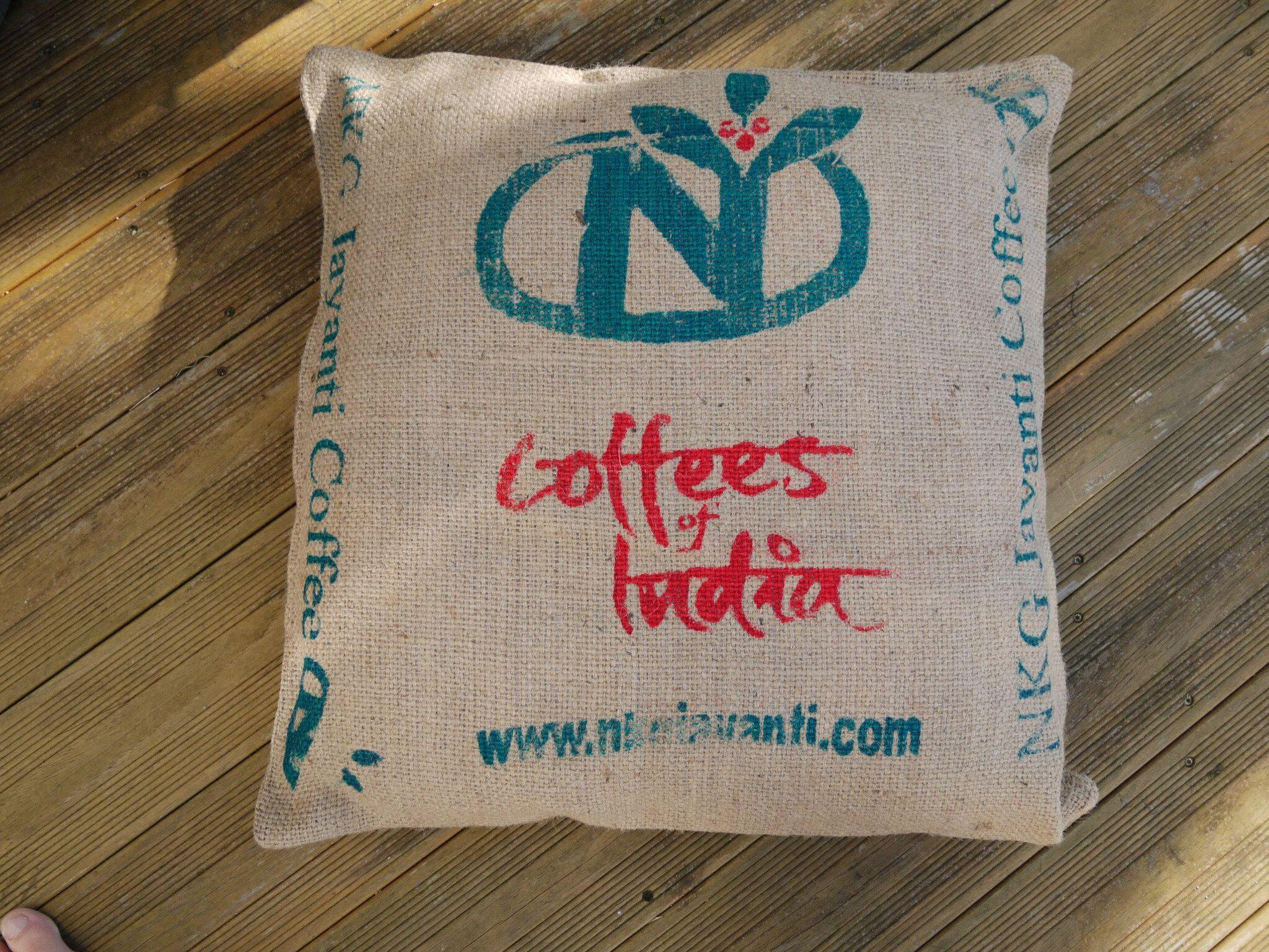 upcycling coussin de sol r cup en toile de jute de sac caf provenance inde l 39 atelier ph m re. Black Bedroom Furniture Sets. Home Design Ideas