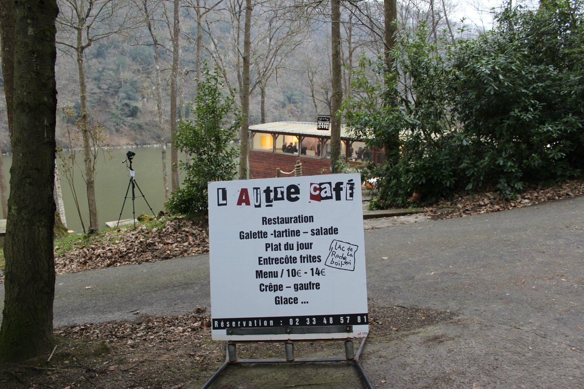 Laisse! par la Cie Modo Grosso en performance à l'Autre café, lac de la Roche-qui-Boit, jeudi 7 juillet 2016