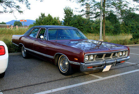 Dodge_monaco_brougham_4door_sedan_de_1969__Rencard_du_Burger_King_juillet_2010__01