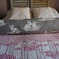 traversin en coton gris avec motifs lapins façon peints
