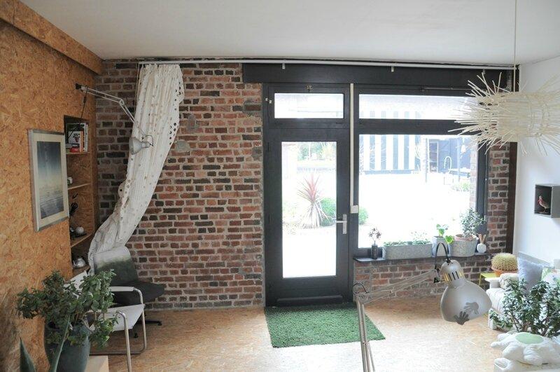 bureau mur brique et fenêtre