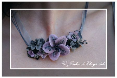 collier mauve gris pailleté zoom