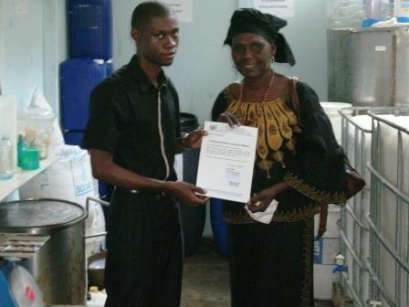 Remise attestation de formation de formateurs à notre première formatrice au Tchad formée au sein de notre entreprise au Cameroun