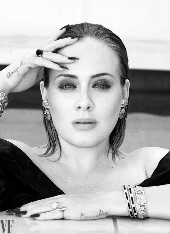 Adele sortant d'une piscine - Photographiée par Tom Munro // Crédits photo : Tom Munro