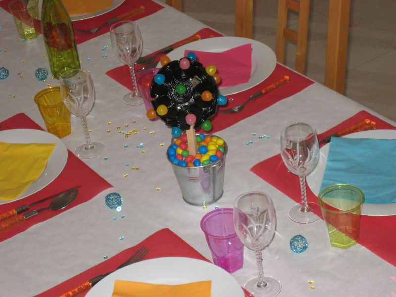 Anniversaire couleur pop arbre bonbon photo de d coration de table maman s 39 clate - Decoration en bonbon pour anniversaire ...