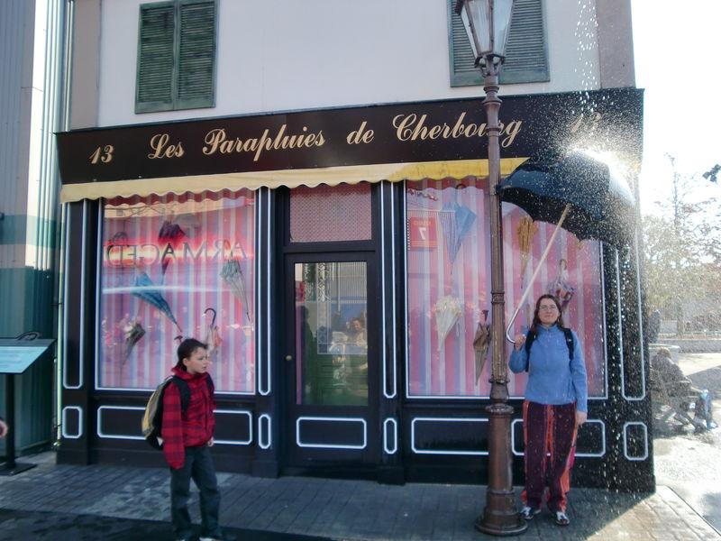 Dans les studios, nous avons trouvé... la boutique des parapluie