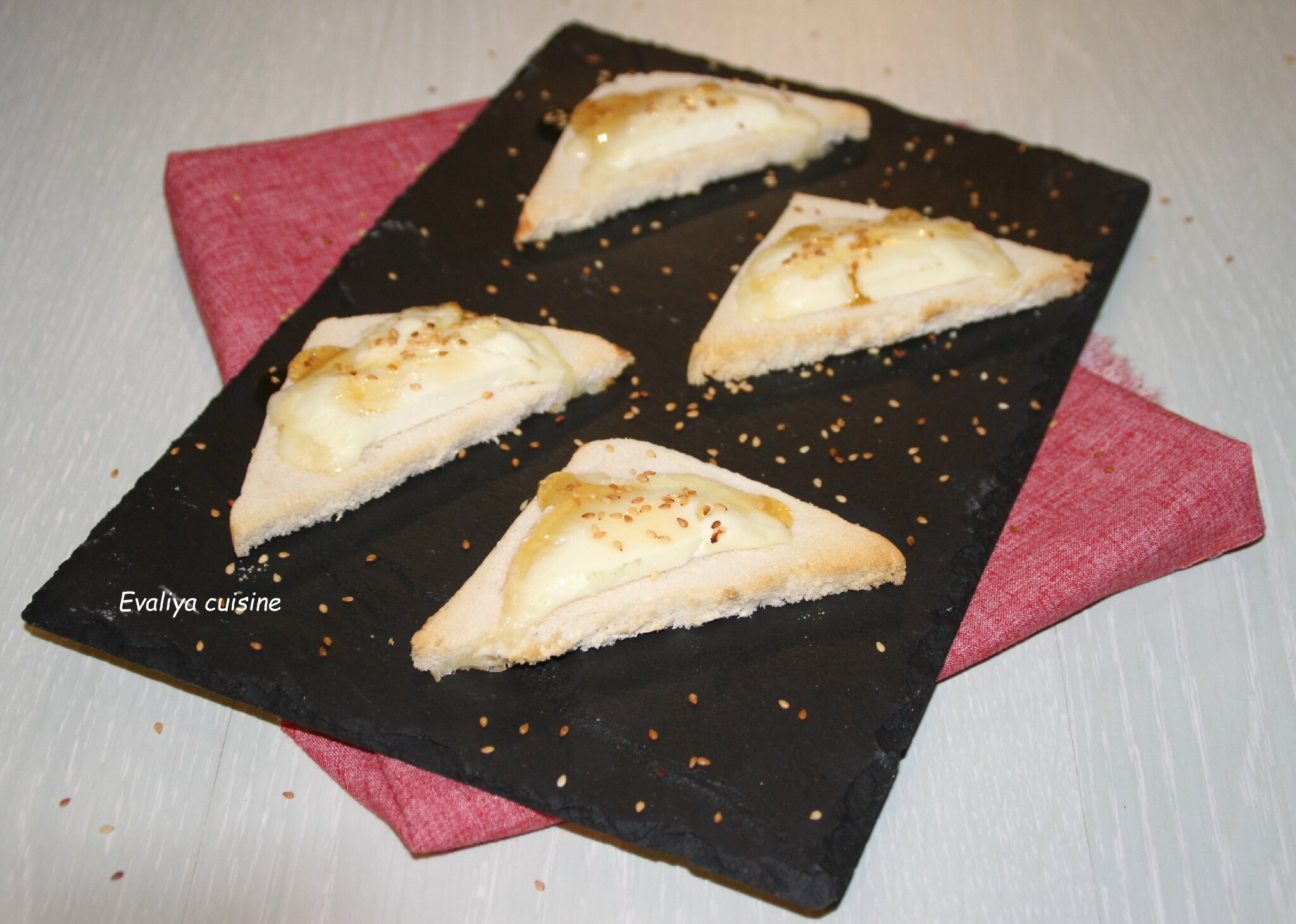 TOASTS AU CHEVRE CHAUD ET GRAINES DE SESAME TOASTEES