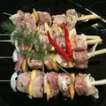 Brochettes de porc sur tiges de citronnelle, sauce au piment