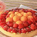 Croûte aux fraises et melon sur une crème pâtissière à la pistache