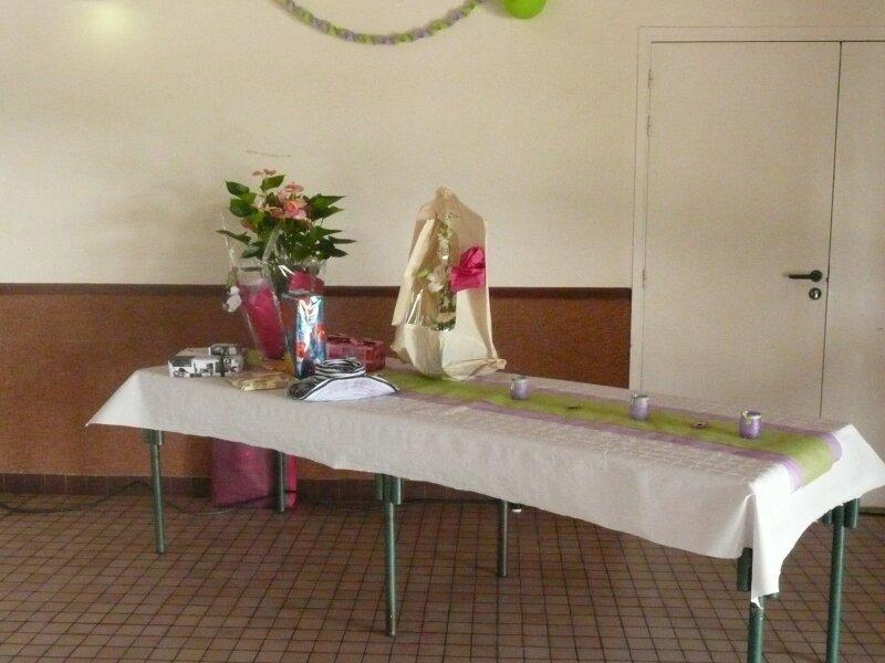 La table du livre d 39 or de l 39 urne des fleurs et des cadeaux photo de produits d riv s et d co - 1 an de mariage idee cadeau ...