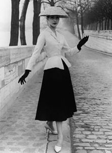 Christian-Dior-new-look-apres-guerre-1948-mode-quais-de-la-Seine-Paris-France-Europe