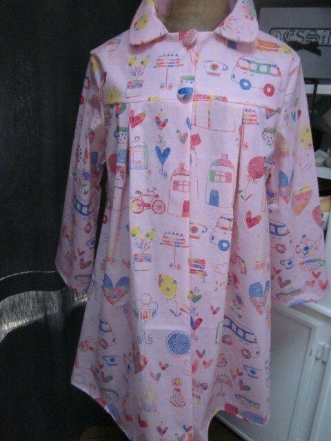 Ciré AGLAE en coton enduit rose imprimé dessins d'enfant fermé par 2 pression dissimulés sous 2 boutons recouverts (2)