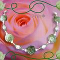 Collier perles acrylique fleur kaki et cages dorées (N)