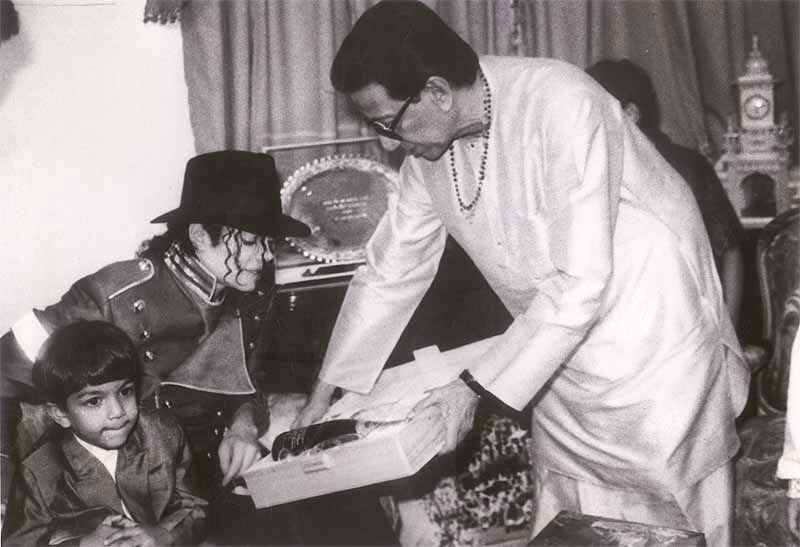 Michael Jackson at the home of Balasaheb Thackrey