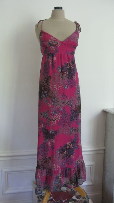 1740 robe longue en soie fushia toute fleurie les jolies robes. Black Bedroom Furniture Sets. Home Design Ideas