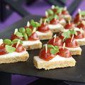 Harcha aux figues séchées, crème de bûchette de chèvre et marmelade de tomates au romarin