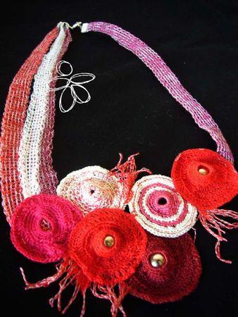 collier crochet et tricot roue blanc rose