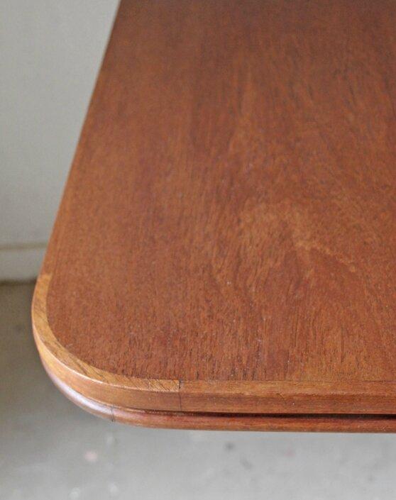 table-a-manger-scandinave-en-teck-detail-bord