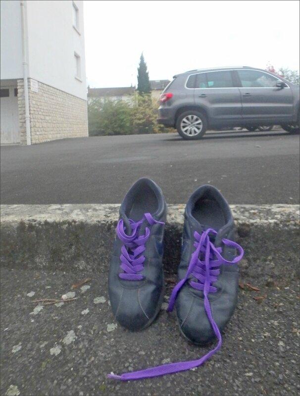 Chaussures sport abandonnées trottoir 1 112017