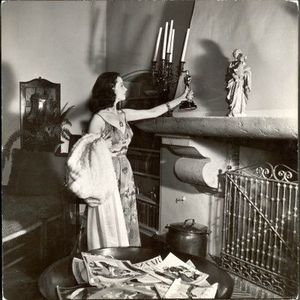 peter-stackpole-vivien-leigh-placing-her-oscar-on-her-mantelpiece-at-home
