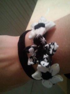 bracelet noir 3 fleurs porté