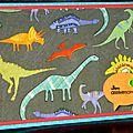 85. turquoise et multicolore - dinosaures