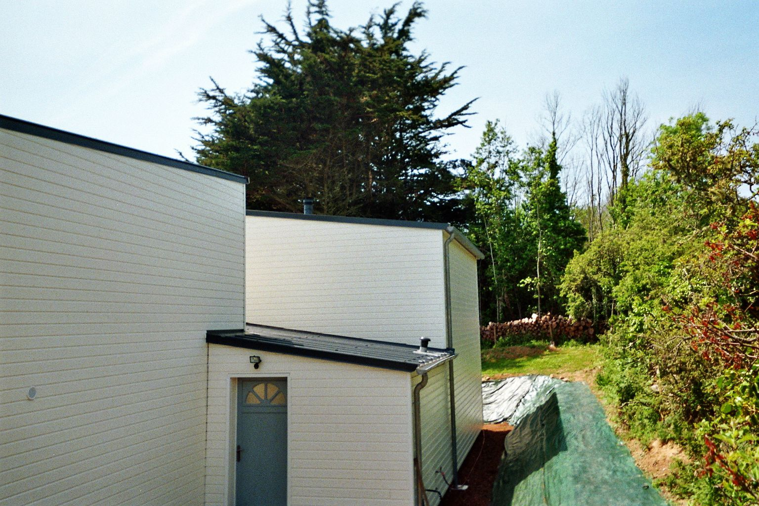 L 39 entr e de la maison par l 39 arri re c t sas photo de for A cote de la maison