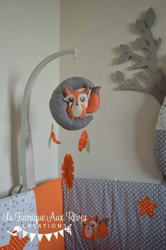 mobile éveil bébé lune renard plumes orange gris blanc