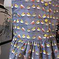 Robe OCTAVIE en coton gris imprimé oiseaux - noeud et boutons recouverts en coton jaune (22)