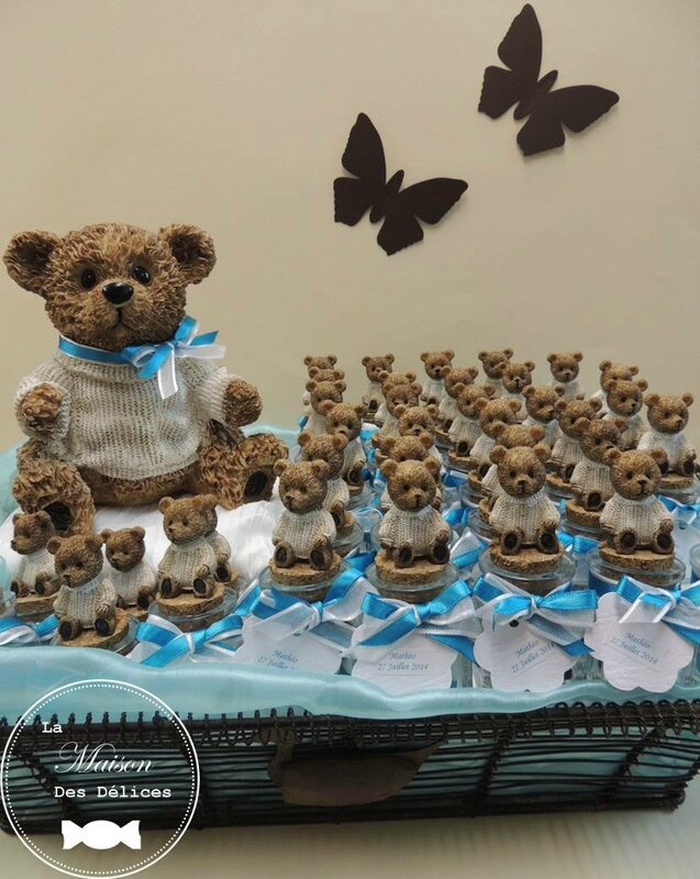 Presentation bapteme sujet enfant ours nounours oursons contenant dragees verre ruban organza satin turquoise blanc chocolat tirelire papillon etiquette2