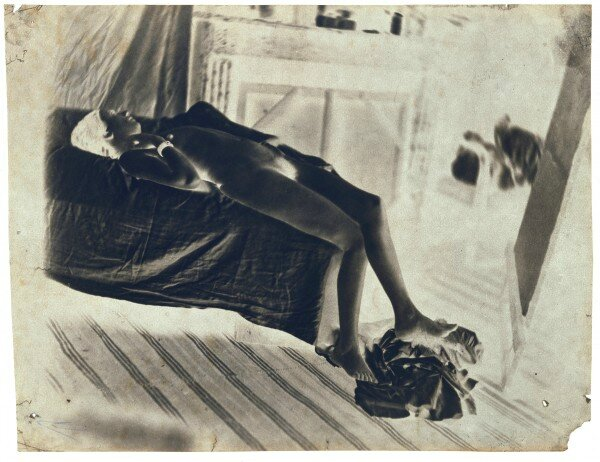 Charles Nègre, Nu allongé sur un lit dans l'atelier de l'artiste, vers 1850, Négatif inversé, 11,3 × 18,7 cm, Paris, musée d'Orsay