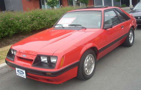 800px-'83-'86_Ford_Mustang_Liftback_(Centropolis_Laval_'10)