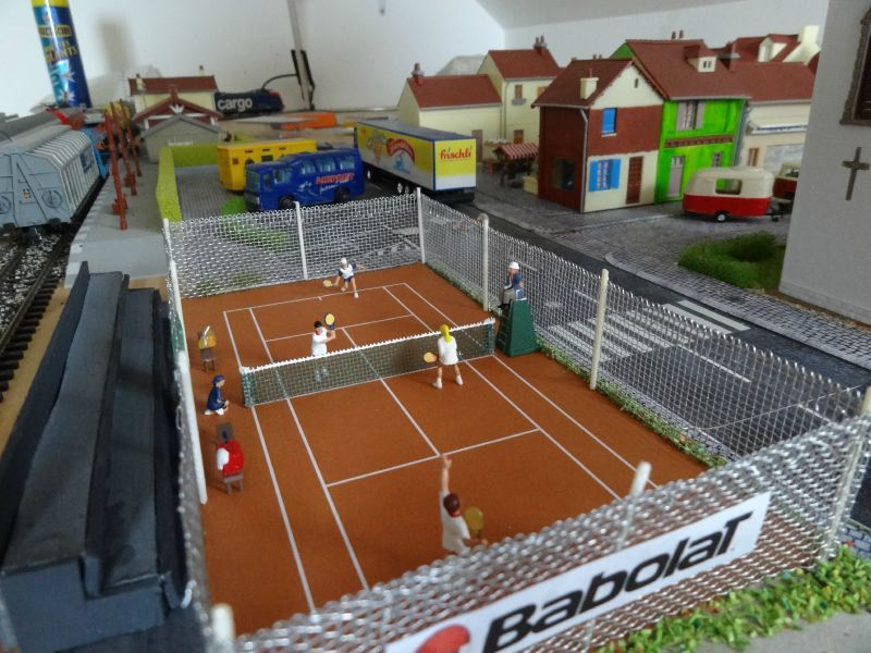 Une boulangerie un club de tennis et une gendarmerie for Terrain de tennis taille