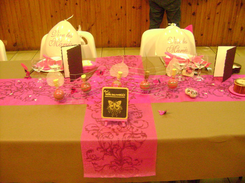 table des mari s photo de d co de mariage fuschia et chocolat cr a 39 ga lle. Black Bedroom Furniture Sets. Home Design Ideas